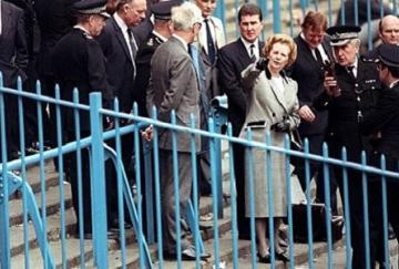 Margaret Thatcher visitando Hillsborough tras la tragedia