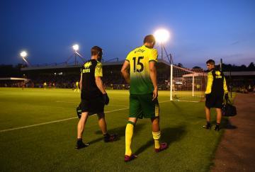 Timm Klose abandonando el terreno de juego tras sufrir una lesión con el Norwich