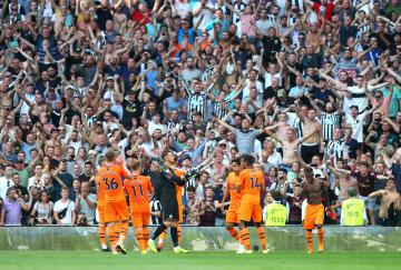 El Newcastle celebra su meritoria victoria en Tottenham
