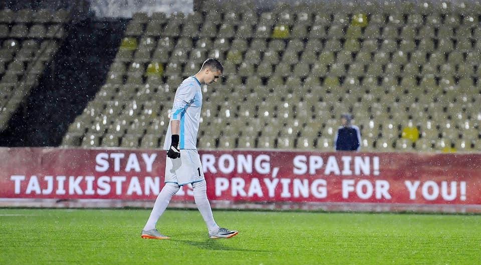 Tayikistán mostrando mensajes de apoyo a España en sus partidos de fútbol