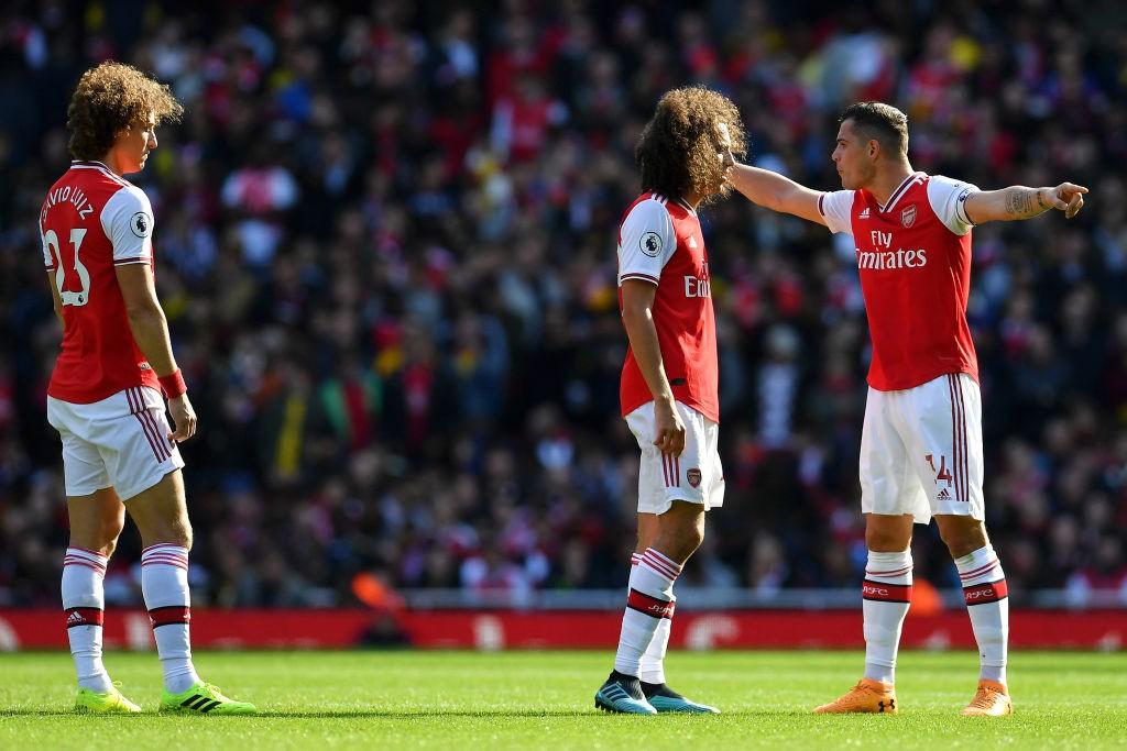 El capitán del Arsenal, Granit Xhaka, ejerciendo la labor que su brazalete le otorga con Daviz Luiz y Guendouzi. / Getty Images